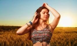 有闭合的眼睛的松弛可爱的年轻运动妇女 库存照片