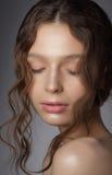 有闭合的眼睛的梦想的女孩在想法 自然干净的皮肤 库存照片