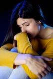 有闭合的眼睛的沮丧的孤独的美丽的妇女 图库摄影