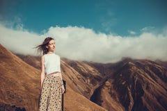 有闭合的眼睛的浪漫平安的梦想的妇女和头发包缠享受与自然的和谐 内在和平 愉快的梦想家, inspiratio 库存图片