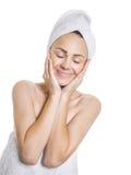 有闭合的眼睛的秀丽妇女在沐浴以后 库存照片