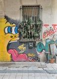 有闭合的窗口的被放弃的gruge墙壁和在Istiklal街附近的五颜六色的街道画 免版税库存图片