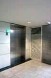 有闭合的门的电梯 库存照片