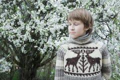 有闭合眼睛佩带的作白日梦的十几岁的男孩 库存图片