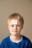 有问号的男孩 免版税库存照片