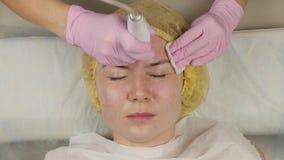有问题皮肤的,机械深刻的面孔清洁年轻女人 美容师洗涤与化妆用品的妇女的皮肤 股票录像