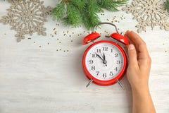有闹钟的妇女在桌上 christmas countdown 库存照片