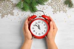 有闹钟的妇女在桌,顶视图上 christmas countdown 库存照片