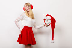 有闹钟的愉快的妇女 背景圣诞节关闭红色时间 免版税库存照片
