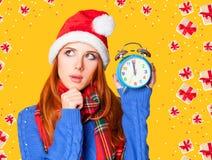 有闹钟的红头发人女孩 免版税图库摄影