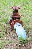 有阀门的生锈的管子 库存图片