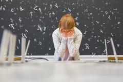 有阅读困难或阅读困难的女孩在学校 免版税图库摄影