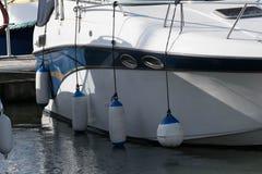 有防御者的被停泊的游艇 免版税库存图片