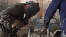 有防毒面具和一致的焊接金属的工厂劳工 框架 在辛苦过程焊接金属的一位人焊工 影视素材