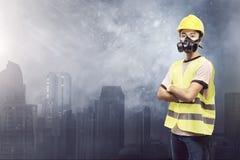 有防毒面具的可爱的亚裔建筑工人 库存图片