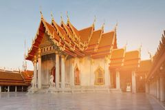 有阳光作用的白色大理石寺庙有清楚的蓝天背景 图库摄影
