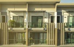 有阳光的现代城内住宅 免版税库存图片