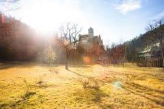有阳光的草甸在麸皮城堡,罗马尼亚附近 免版税库存照片