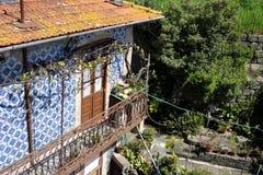 有阳台的传统房子在波尔图,葡萄牙 库存图片