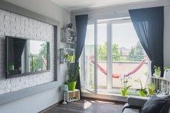 有阳台的新的客厅 免版税图库摄影