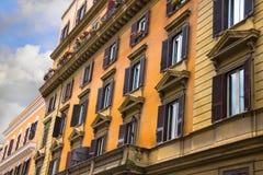 有阳台的美丽的老房子在罗马,意大利 库存照片