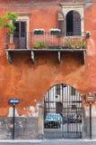 有阳台的老镇和门在维罗纳 图库摄影