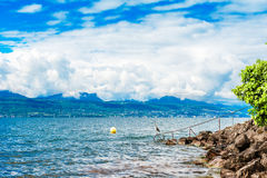 有阿尔卑斯和惊人的云彩的莱芒湖 库存照片