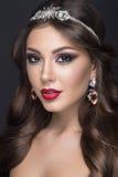 有阿拉伯构成、红色嘴唇和卷毛的美丽的妇女 秀丽表面 免版税库存照片