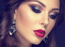 有阿拉伯构成、红色嘴唇和卷毛的美丽的妇女 秀丽表面 Insta颜色 免版税库存图片