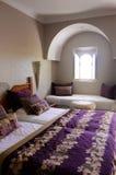 有阿拉伯窗口的,家庭建筑学美丽的卧室 免版税库存图片