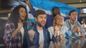 有阿根廷旗子的激动的体育迷庆祝国家队的胜利  股票视频