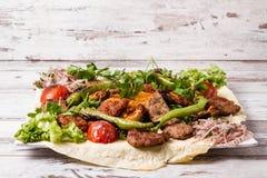 有阿达纳和鸡的Keb土耳其传统混杂的Kebab板材 库存照片