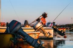 有附属的外置马达的小船在港口 免版税图库摄影