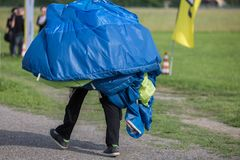 有降伞的飞将军在回来到基地点的肩膀在发射以后 免版税库存图片