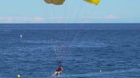 有降伞着陆的在海,帆伞运动,极端体育,活跃生活人们 影视素材