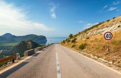 有限速标志的山高速公路 免版税库存图片
