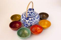 有陶器的蓝色和白色花卉茶壶 免版税库存照片