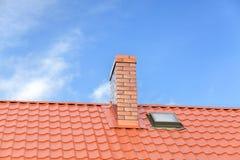 有陶瓷砖烟囱的屋顶反对蓝天 库存照片