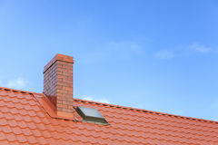 有陶瓷砖烟囱的屋顶反对蓝天 库存图片