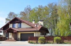 有陶瓷砖顶房顶,车库和舒适庭院的修造的新房 库存照片