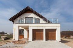 有陶瓷砖顶房顶,车库和阳台的修造的新房 免版税库存照片