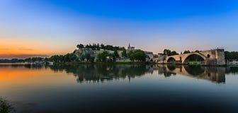 有隆河日出的, Pont圣徒Benezet,普罗旺斯教皇的Palace和阿维尼翁桥梁 库存照片