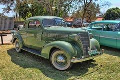 1936年有隆隆声位子的福特双门小轿车 免版税库存照片