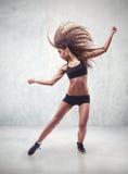 少妇舞蹈家有难看的东西墙壁背景 免版税库存照片