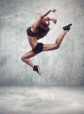 少妇舞蹈家有难看的东西墙壁背景 免版税库存图片