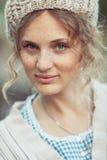 有雀斑和卷发的滑稽的可爱的女孩 免版税库存图片