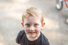 有雀斑和红色头发的年轻男孩 免版税库存照片
