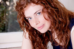 有雀斑微笑的美丽的红色顶头妇女 免版税图库摄影