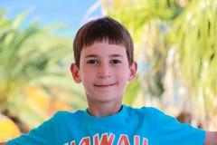 有雀斑的微笑的男孩在他的面孔 免版税库存图片