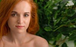 有雀斑的快乐的红头发人妇女嘲笑照相机的 库存图片